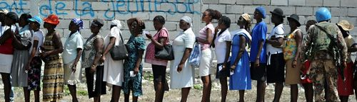 Cropped-US_Navy_100224-N-5961C-007_Haitian_women_queue_to_receive_plastic_sheeting_and_water